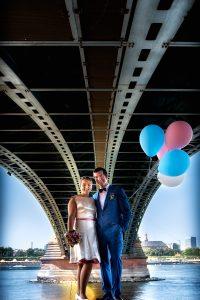 Brautpaar unter Theodor-Heuss Brücke