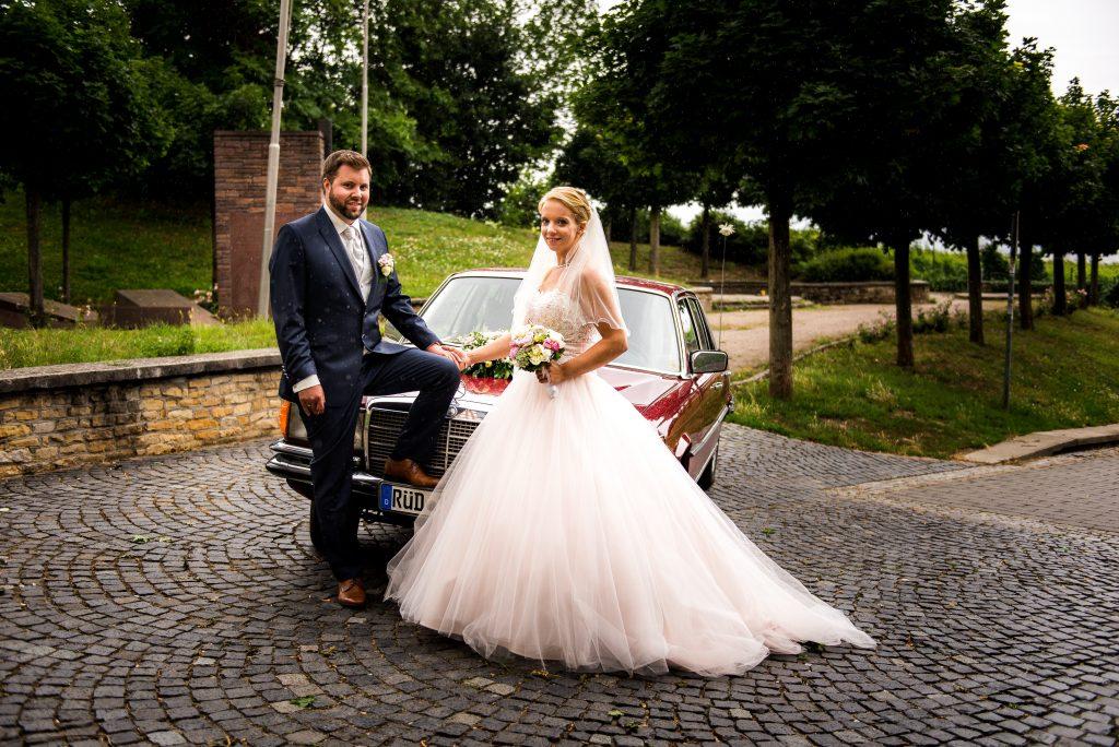 Brautpaar vor Auto